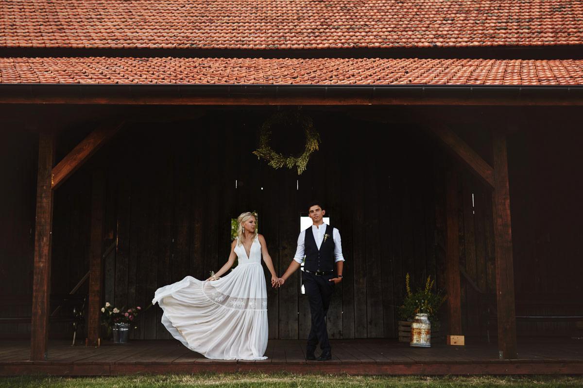 para młoda przed rustykalną stodołą
