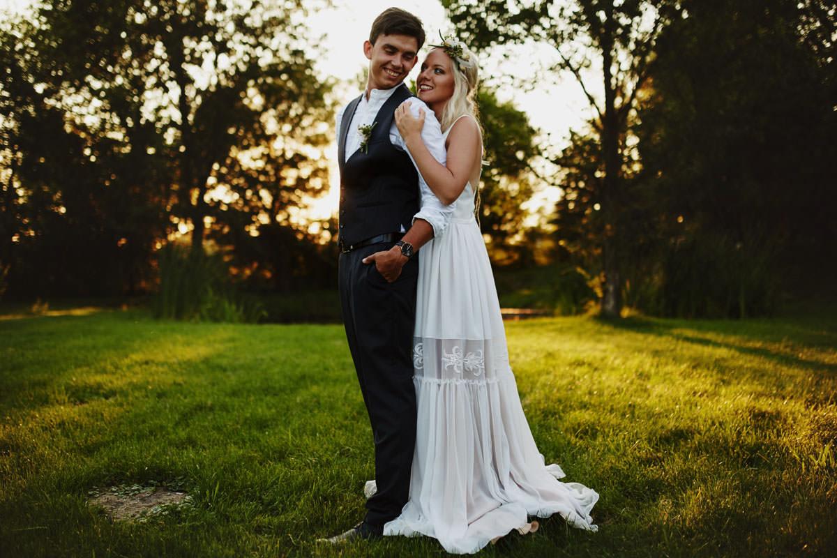 Folwark Wiązy - sesja ślubna na łące