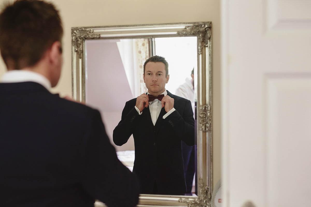pan młody, portret przy lustrze