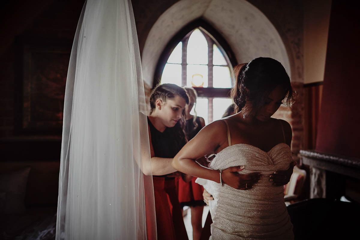 zamek Gniew - ubieranie sukni ślubnej