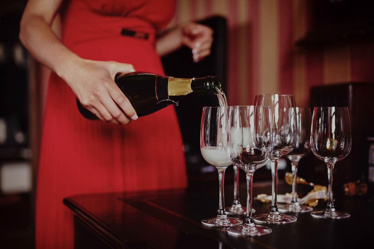 zamek Gniew - nalewanie szampana
