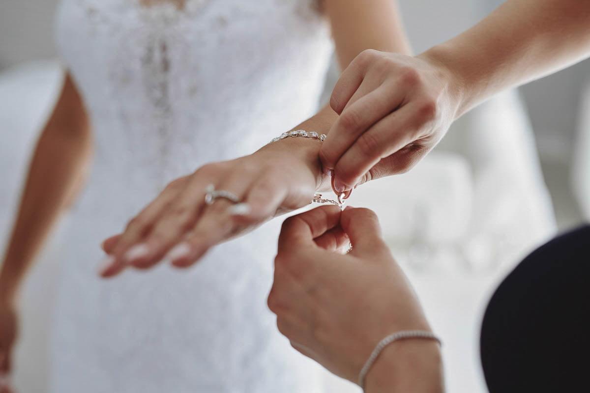 ubieranie biżuterii