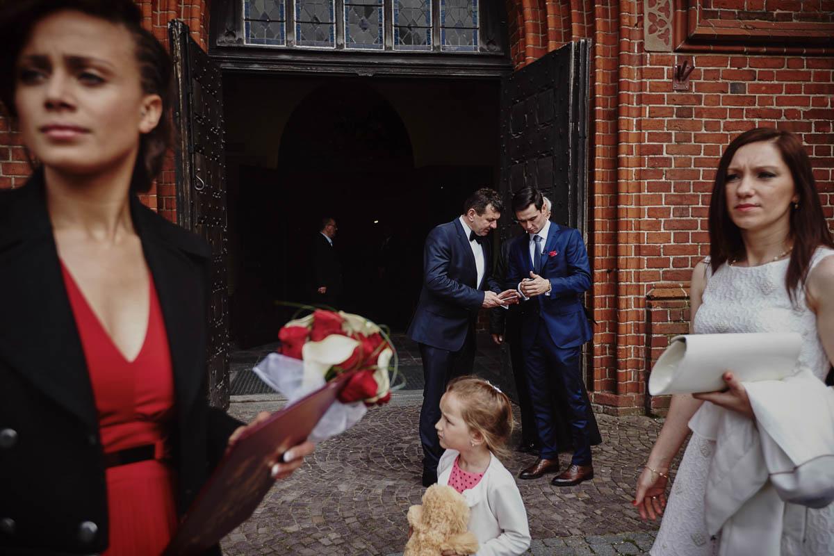 ślub w kościele - przed kościołem