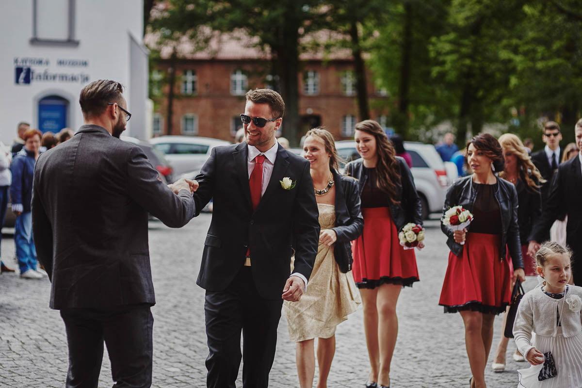 ślub w kościele - przywitanie gości - zamek gniew
