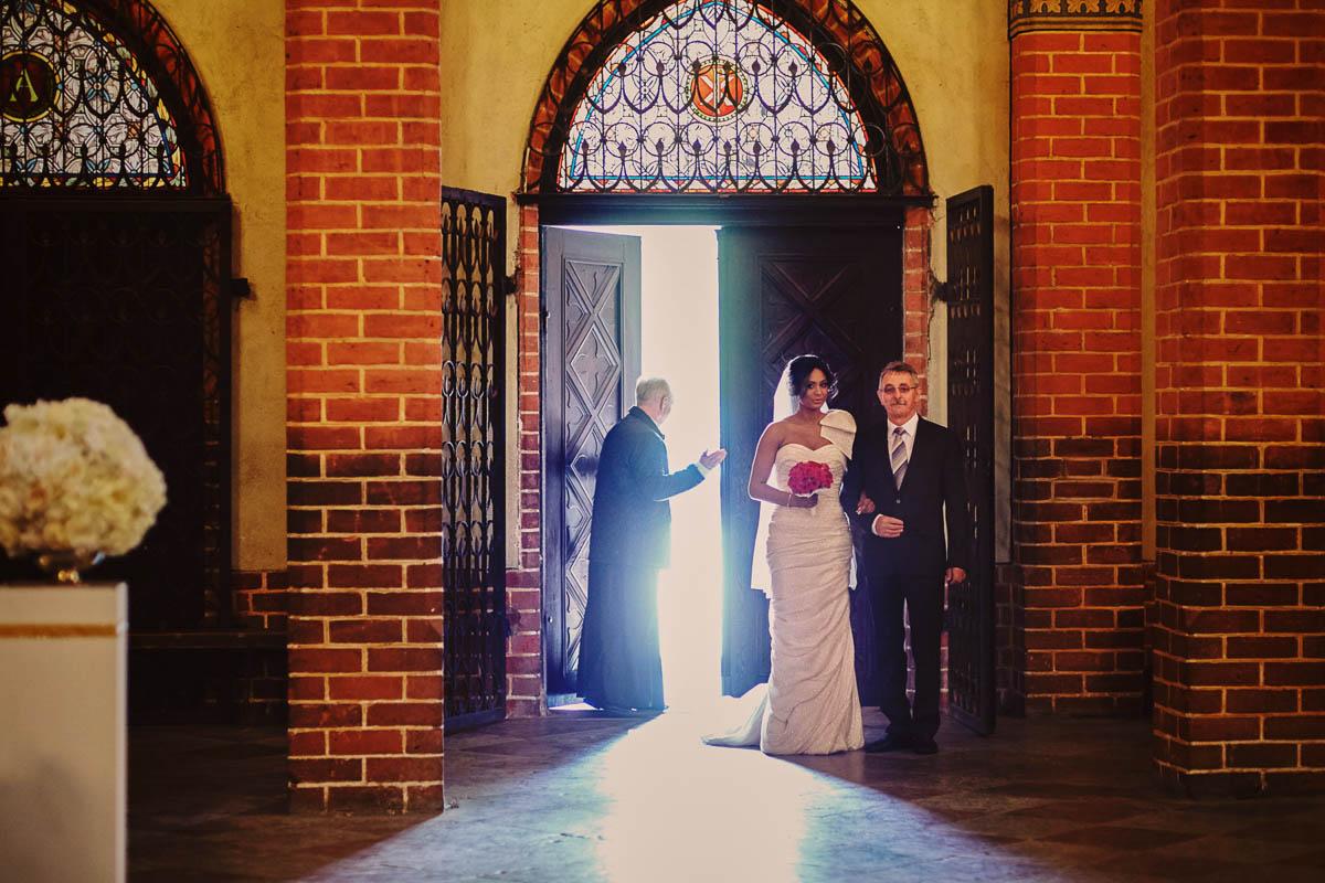 ślub w kościele - tata z panną młodą - zamek gniew