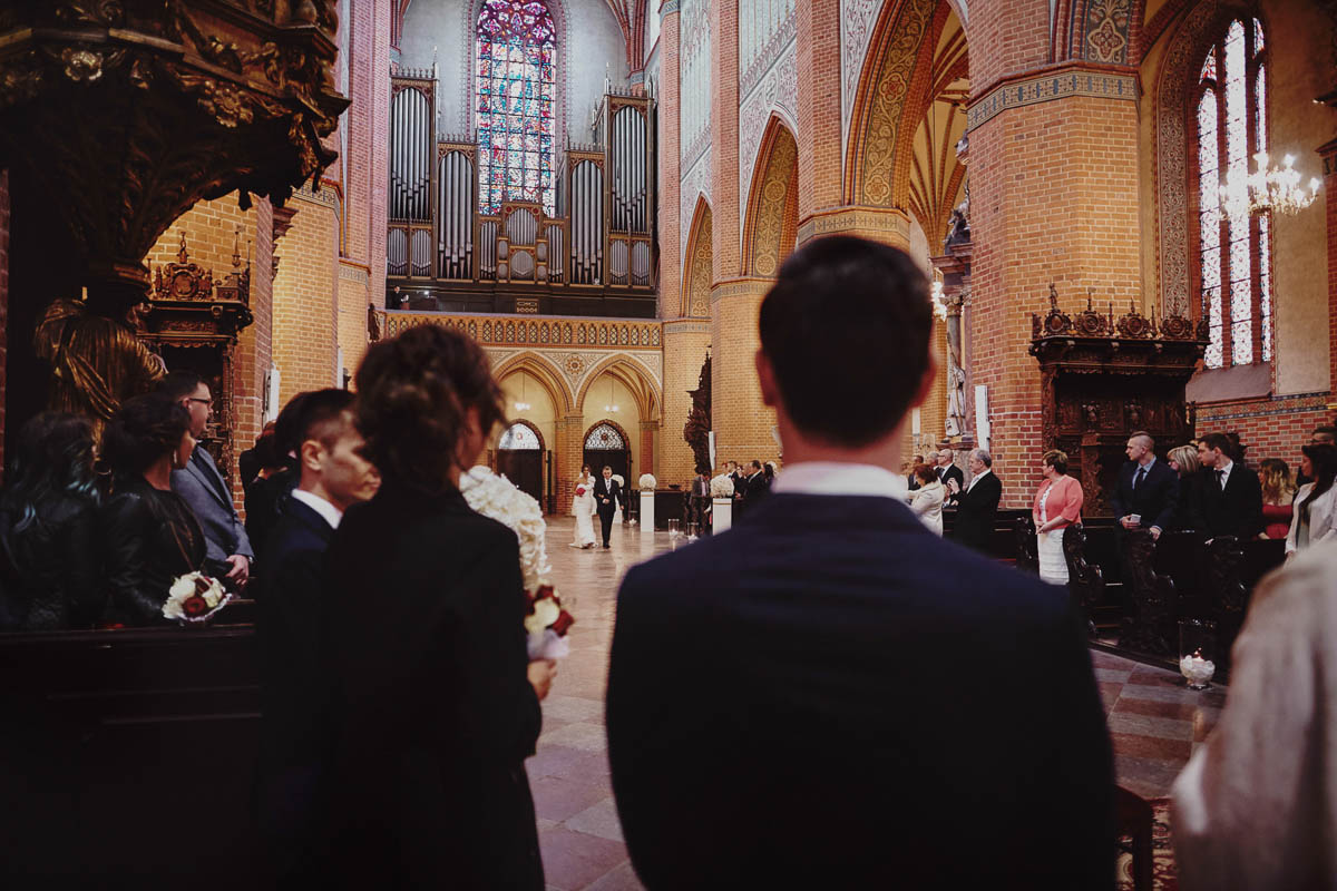 ślub w kościele - pan młody przy ołtarzu - zamek gniew
