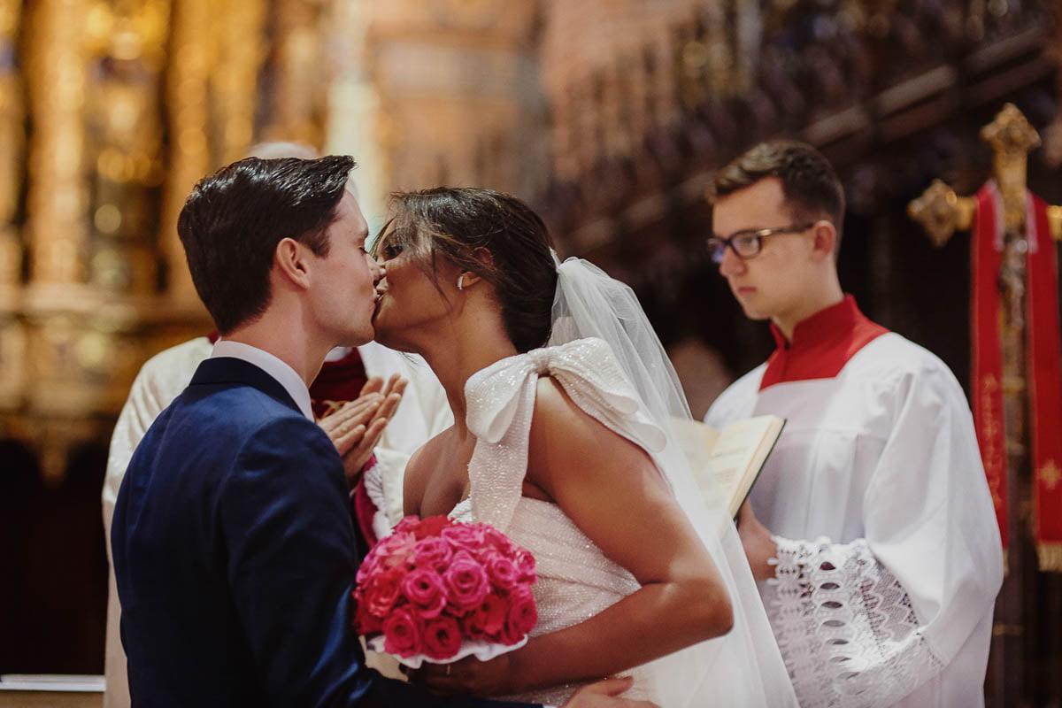 ślub w kościele - pocałunek