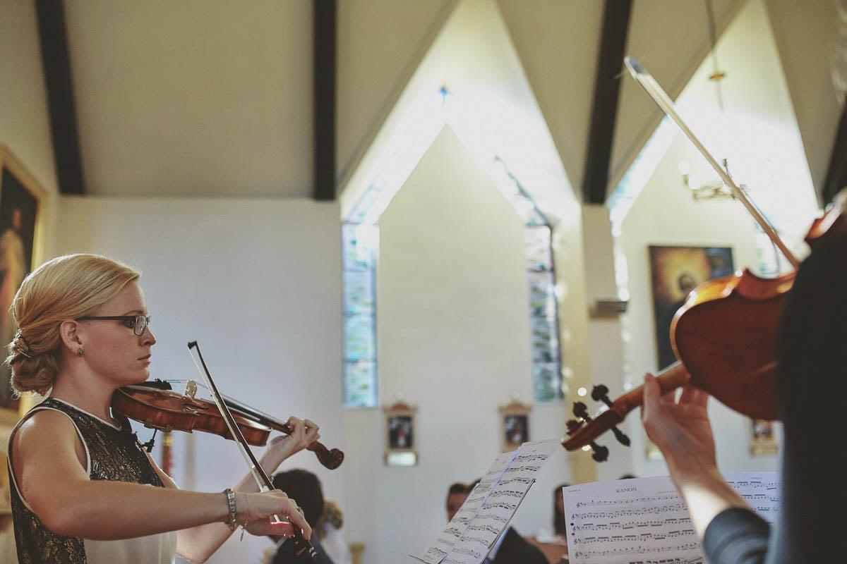 kościoł wisełka - gra na skrzypcach