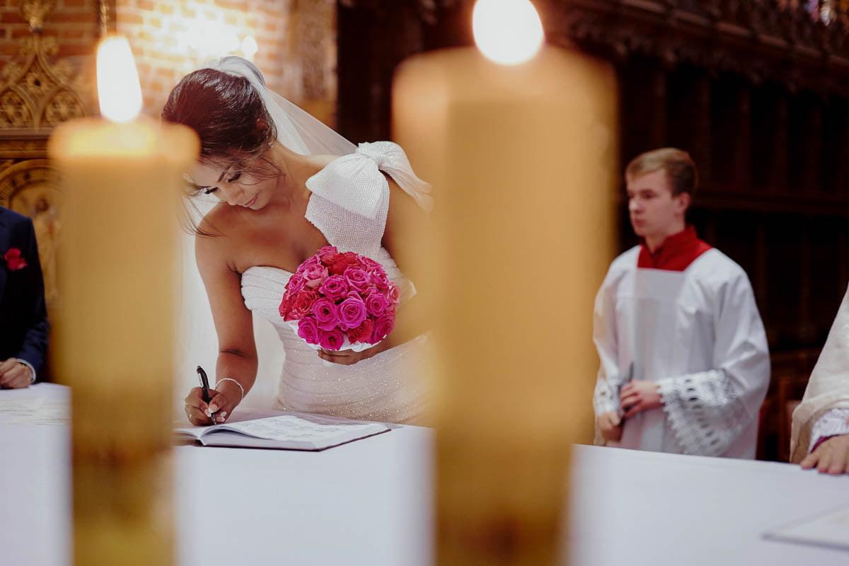 ślub w kościele - podpisywanie dokumentów