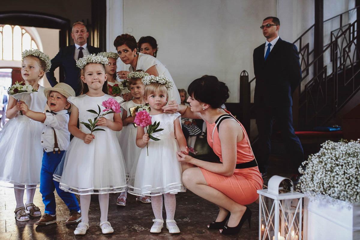 ceremonia ślubna - dzieci w kościele