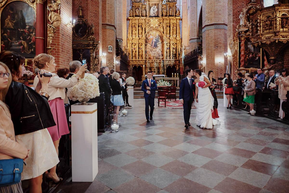ślub w kościele - wyjście z kościoła