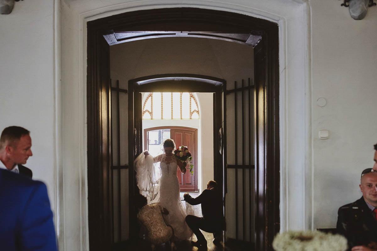 ceremonia ślubna -wejście panny młodek