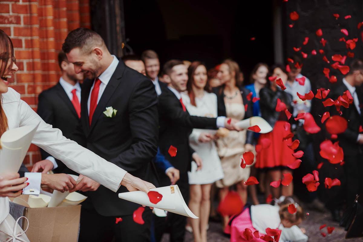 ślub w kościele - sypanie kwiatami