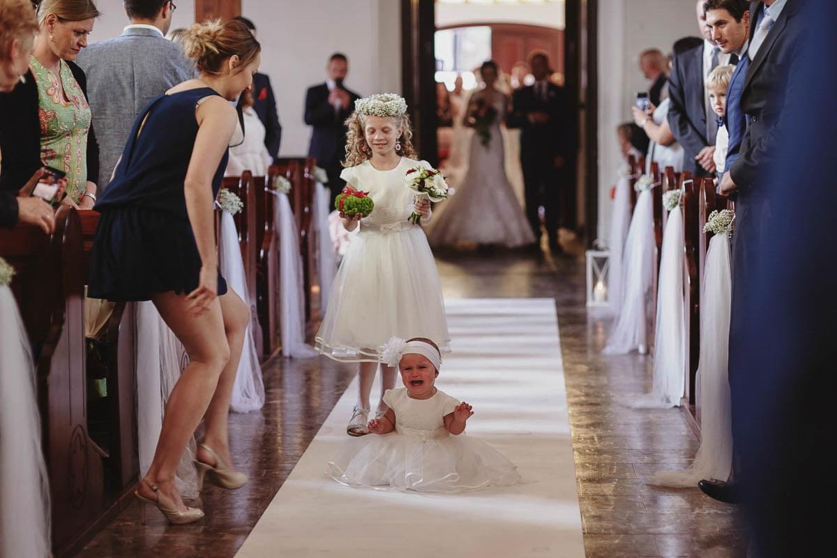 ceremonia ślubna - dzieci biegną do ołtarza