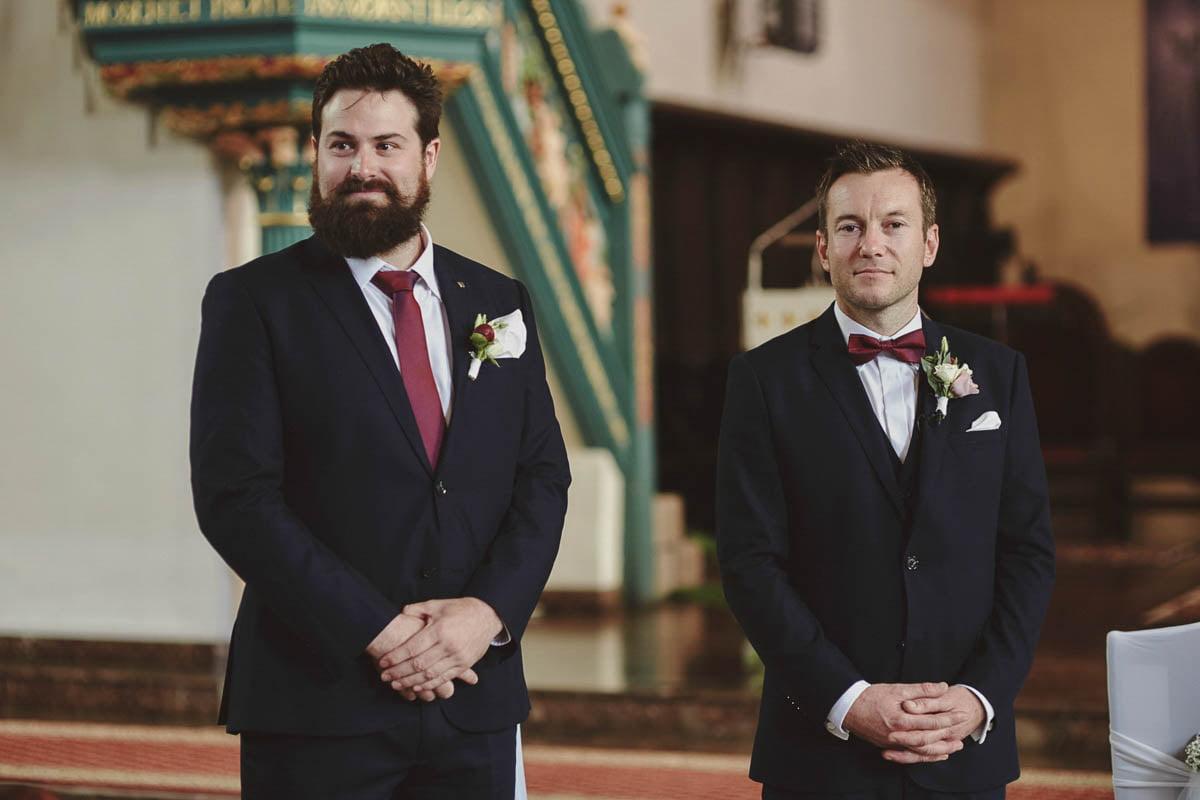 ceremonia ślubna - pan młody ze świadkiem