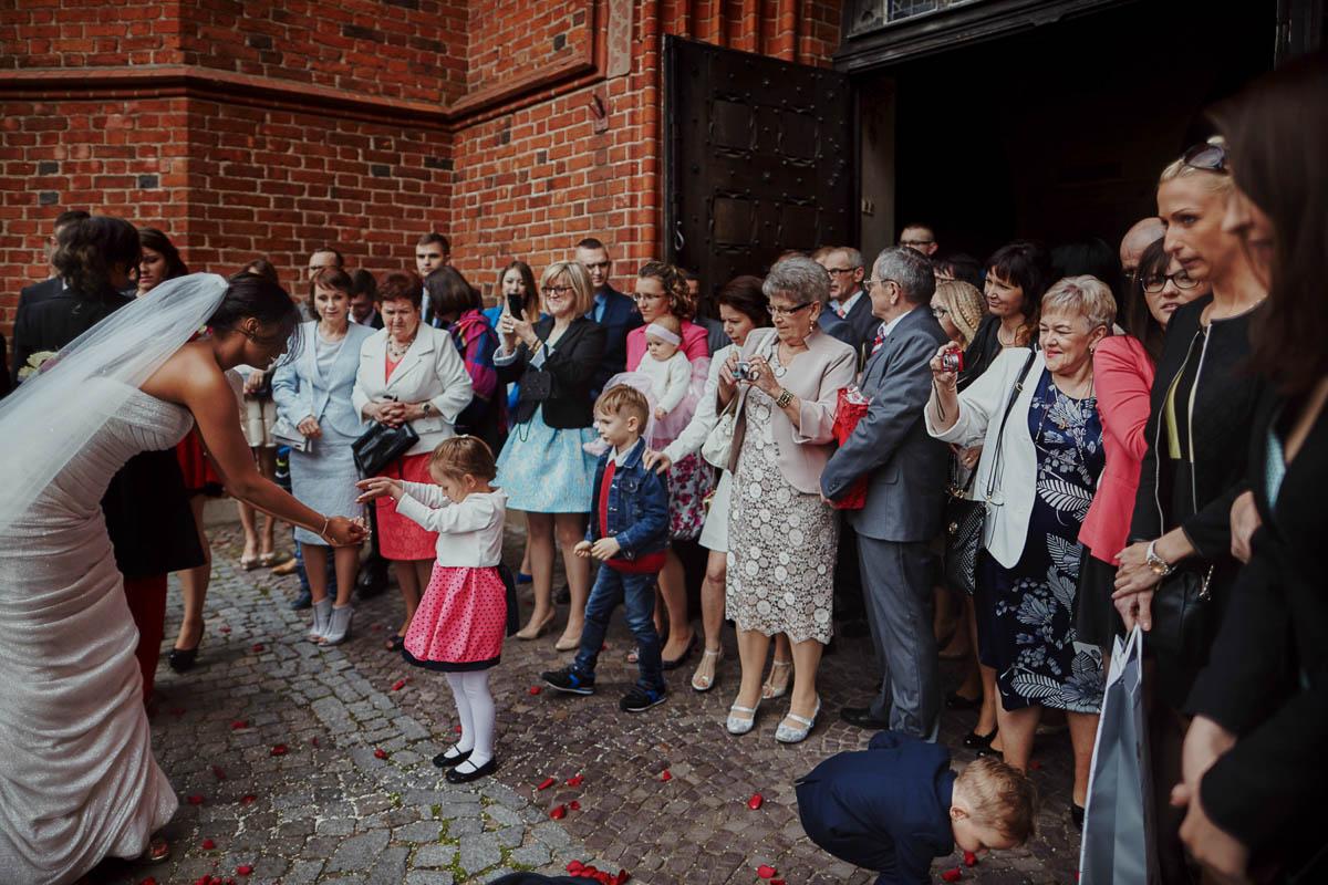 ślub w kościele - sypanie ryżem