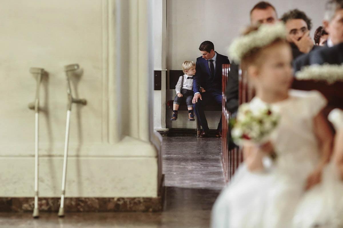 ceremonia ślubna - dzieci w kośćiele