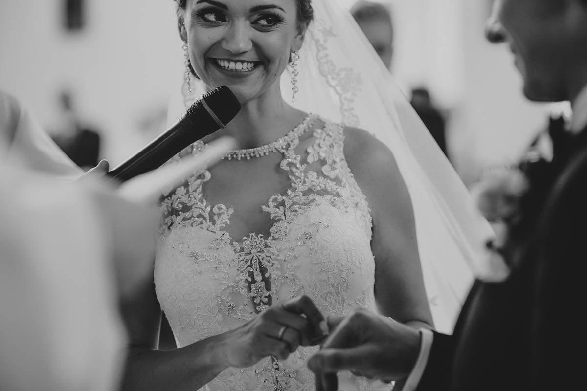 ceremonia ślubna - młodzi zakłądają obrączki