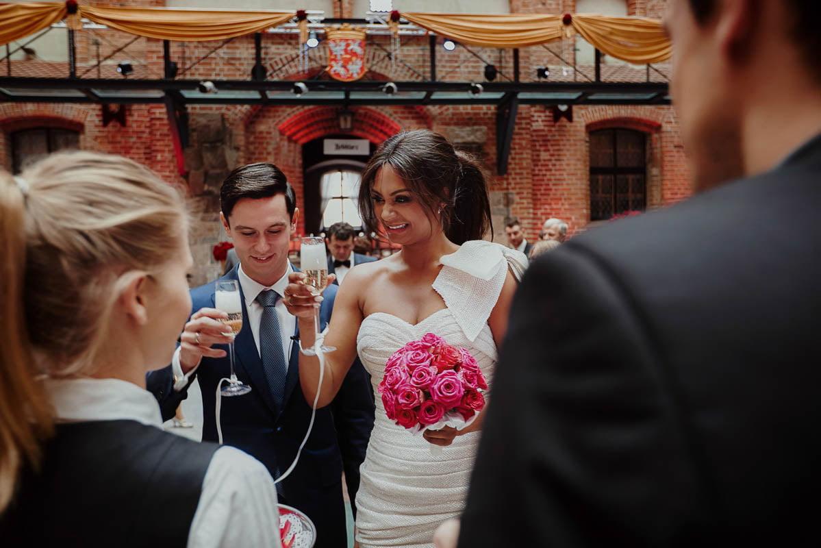 zamek gniew wesele - przywitanie szampanem