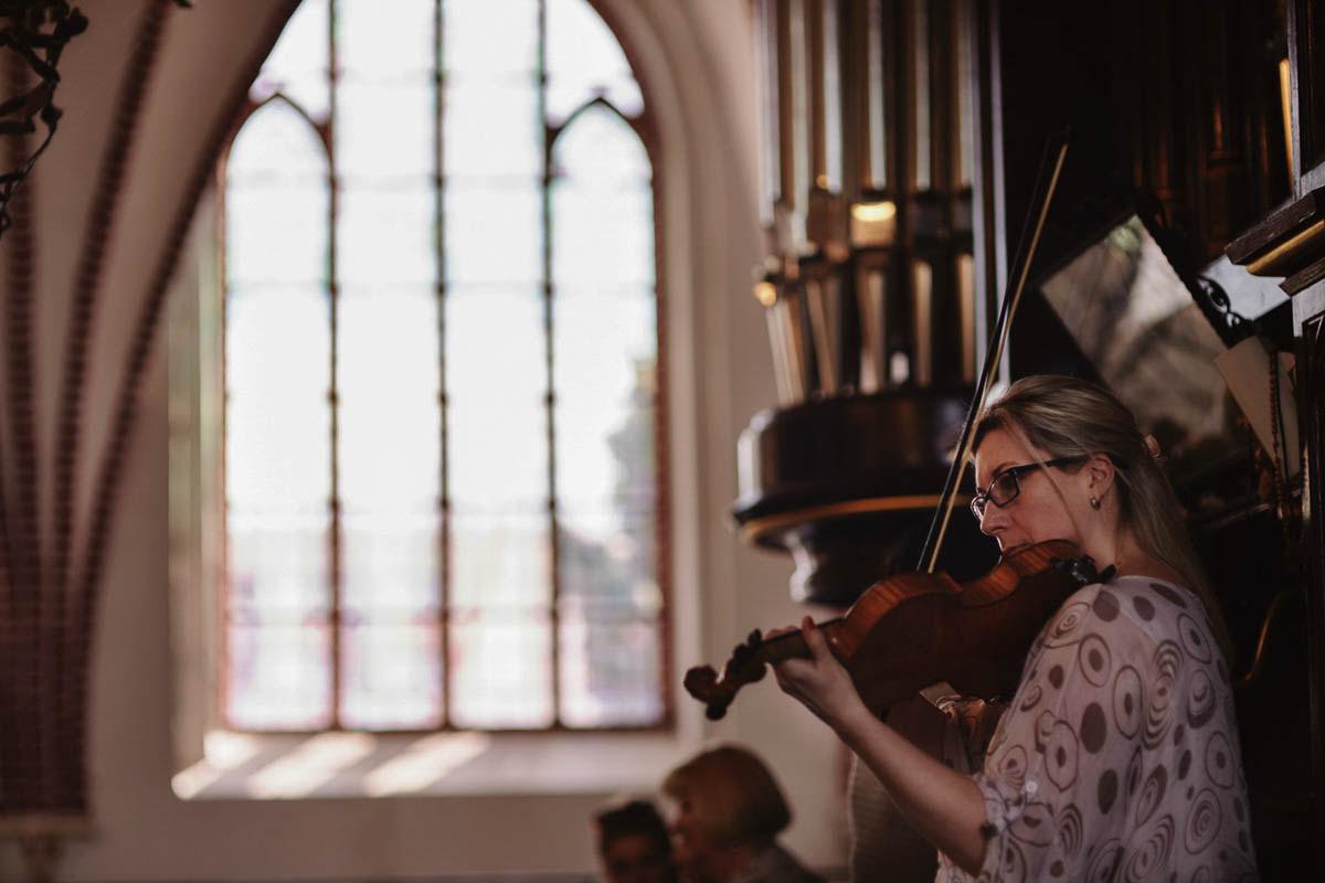 ceremonia ślubna - kobieta gra na skrzypcach