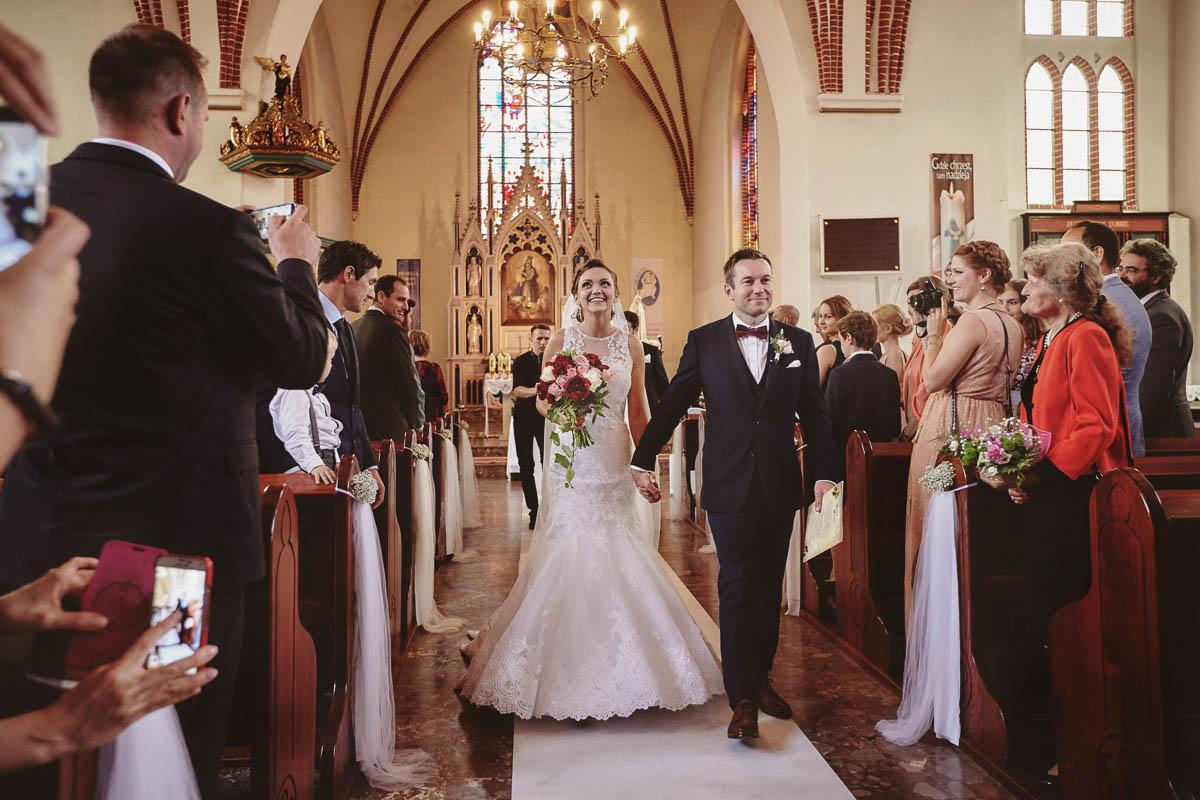 ceremonia ślubna - wyjście z kościoła