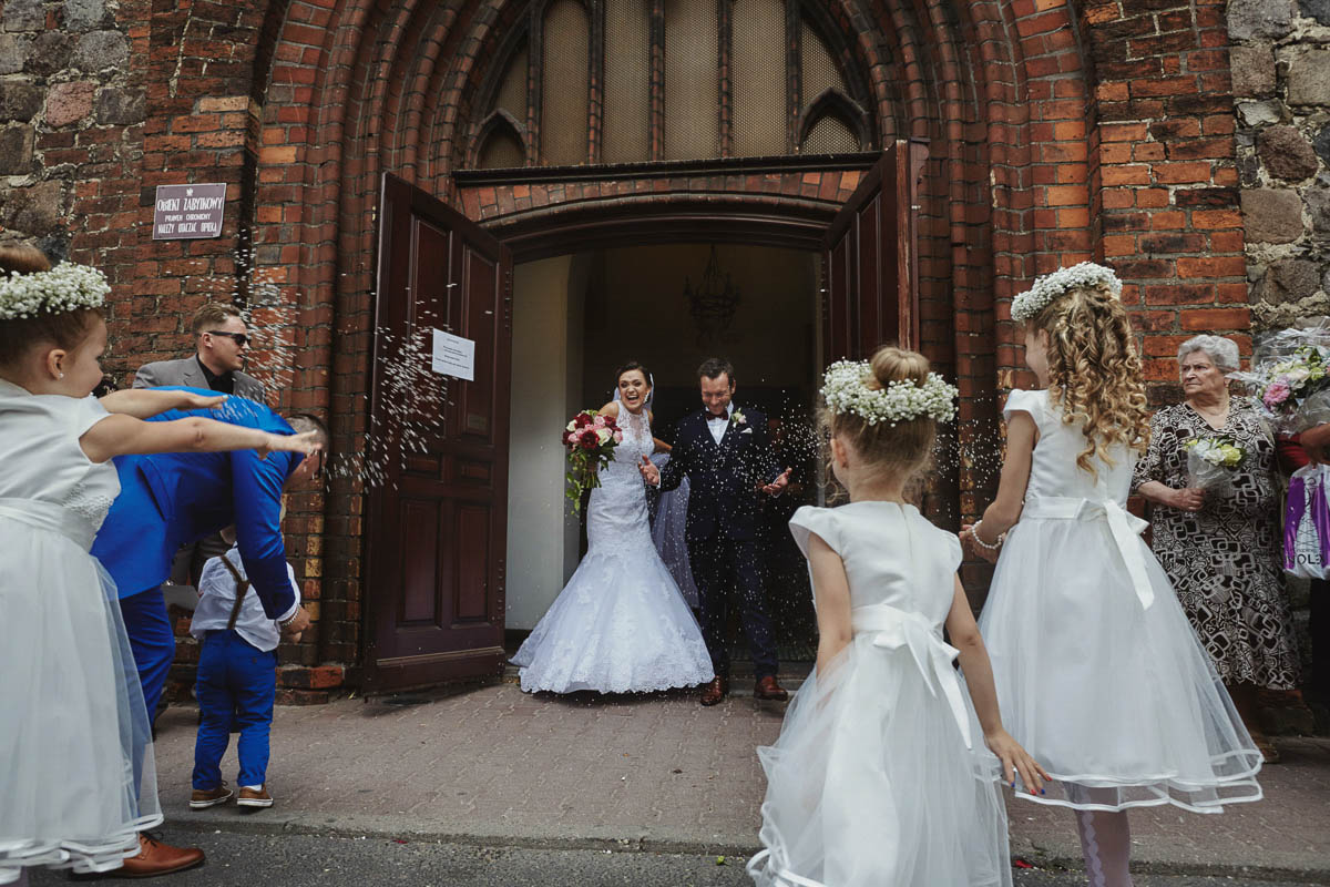 ceremonia ślubna - przed kościołem