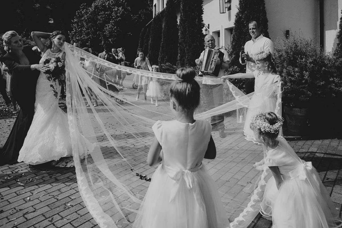 wolwark wirówek wesele - dzieci trzymają welon