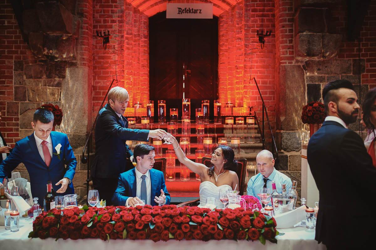 zamek gniew wesele - przy stole z młodymi