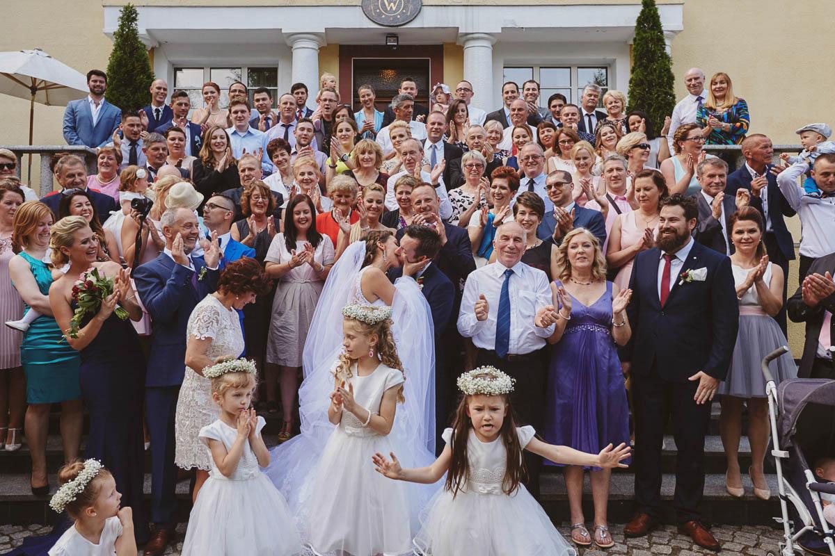 wolwark wirówek wesele - zdjęcie grupowe z gośćmi