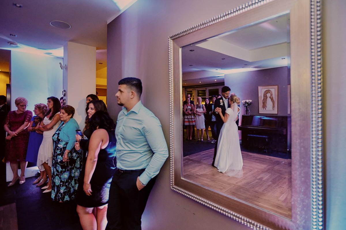 villa park wisełka -goście obserwują tańcząca parę