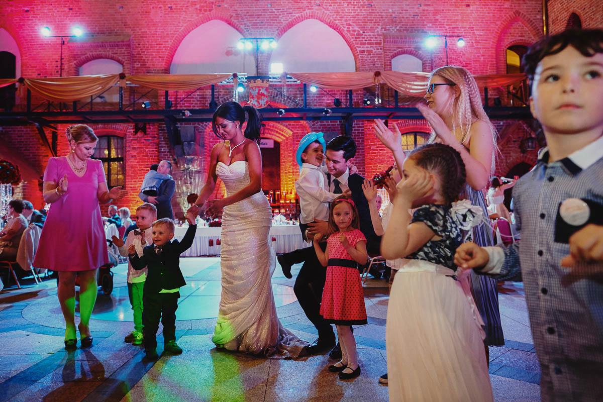zamek gniew wesele - młodzi tańczą z dziećmi