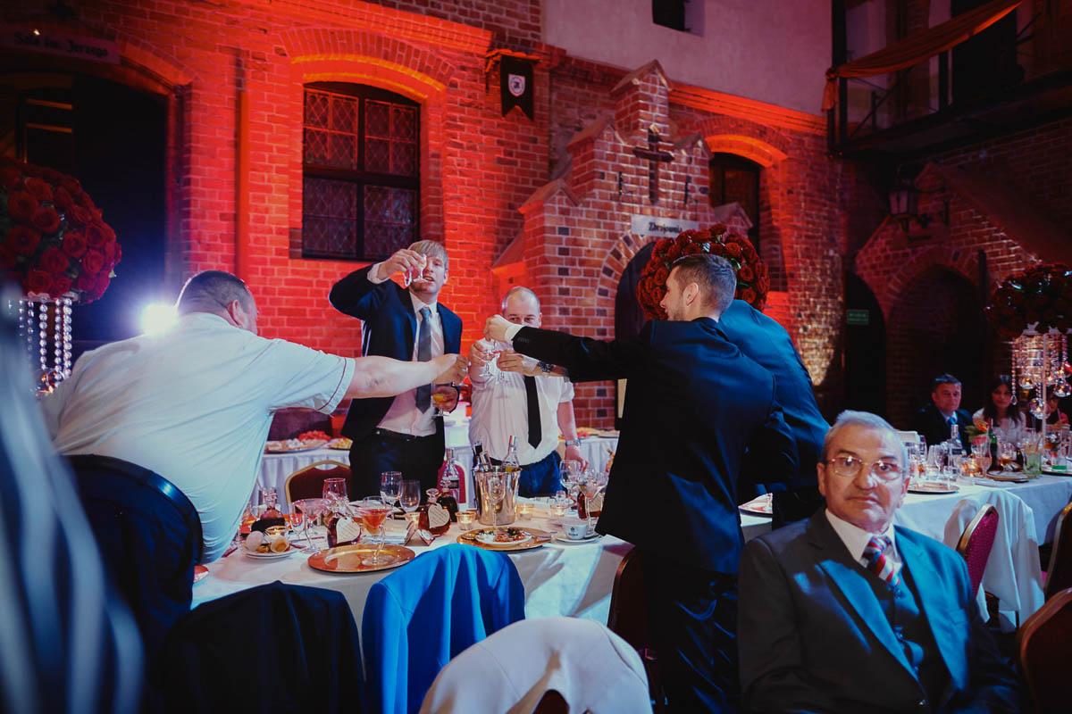 zamek gniew wesele - wznoszenie toastu