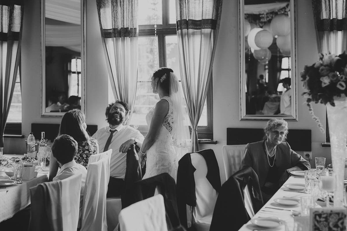folwark wirówek wesele - młoda rozmawia z gościem weselnym