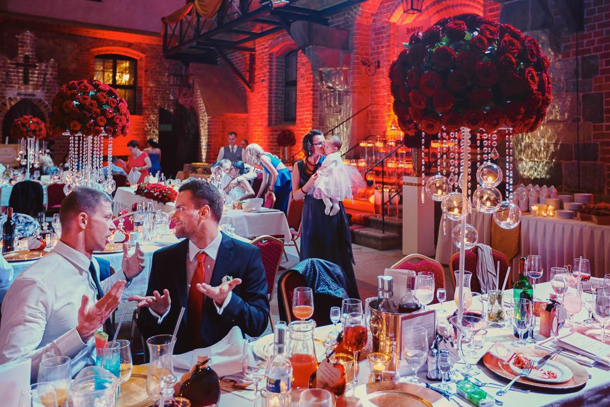 zamek gniew wesele - rozmowa przy stole