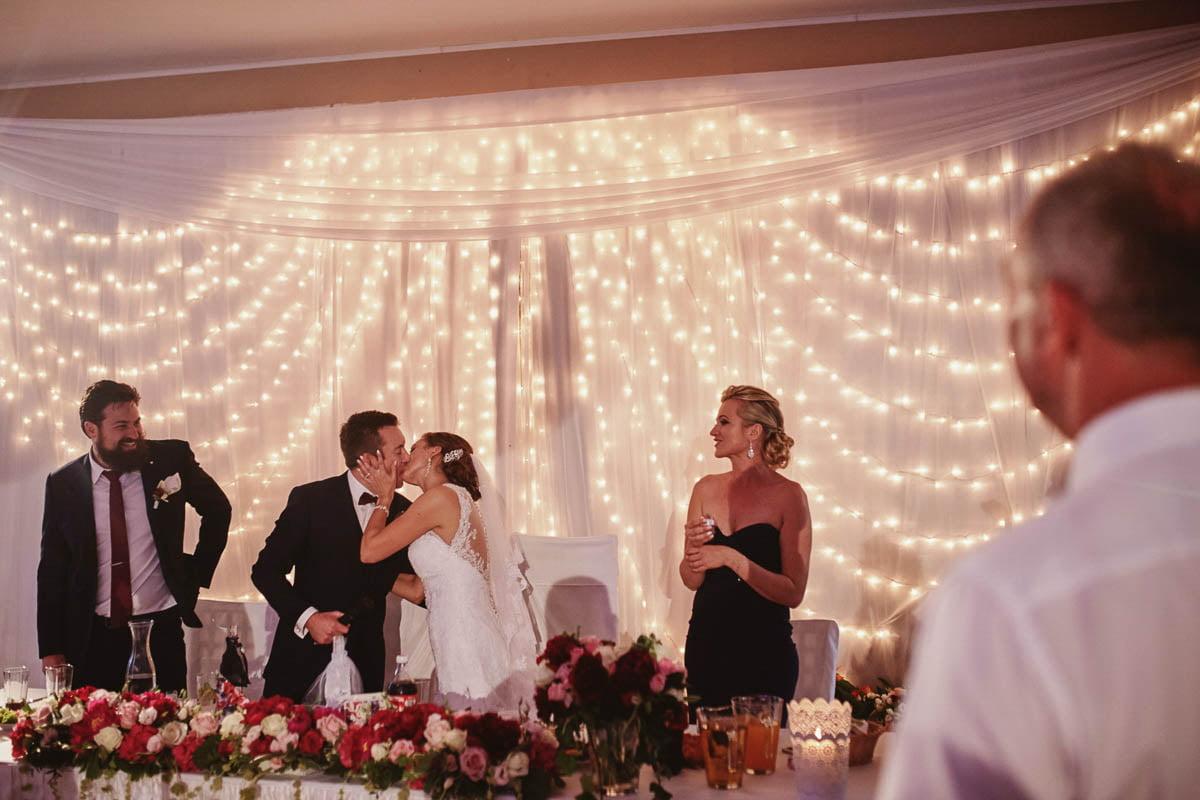 folwark wirówek wesele - młodzi się całują