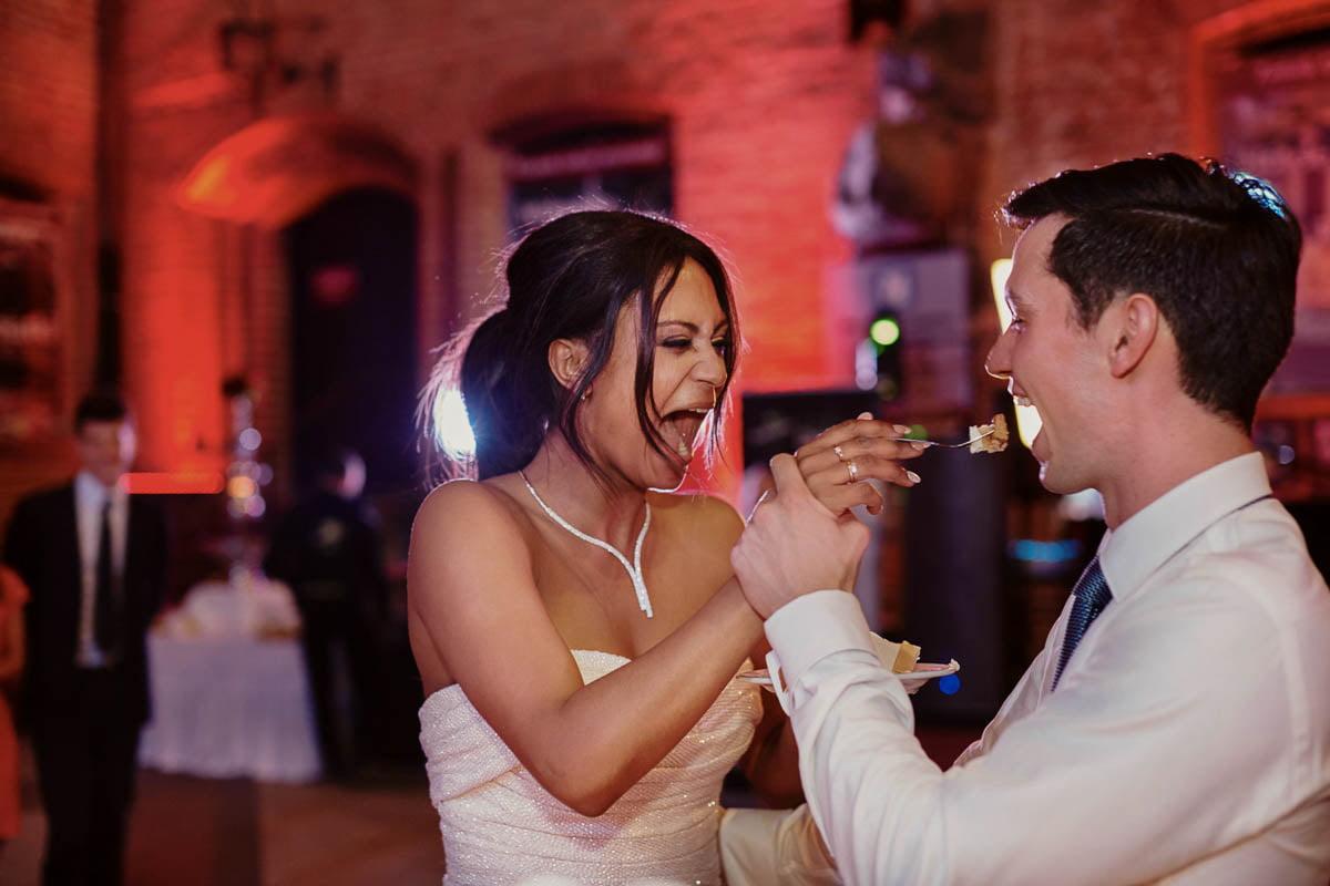 zamek gniew wesele - młodzi kosztują tort