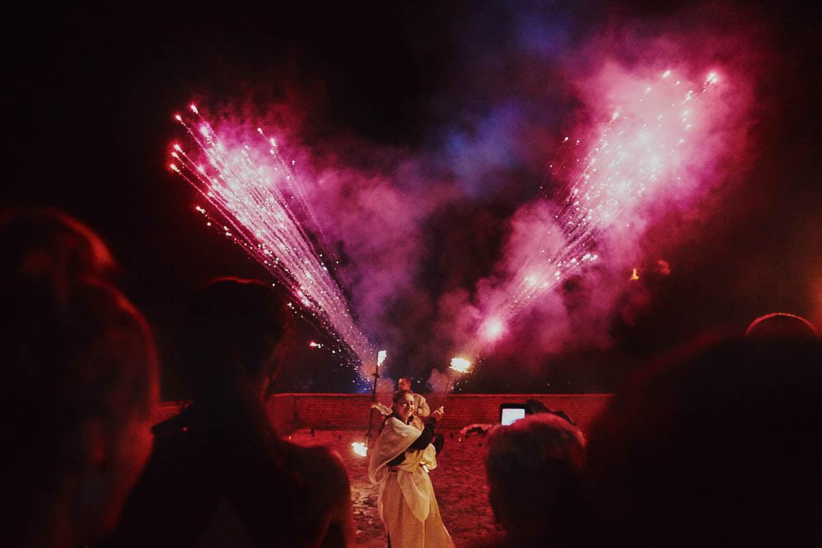 zamek gniew wesele - pokaz tańca z ogniem