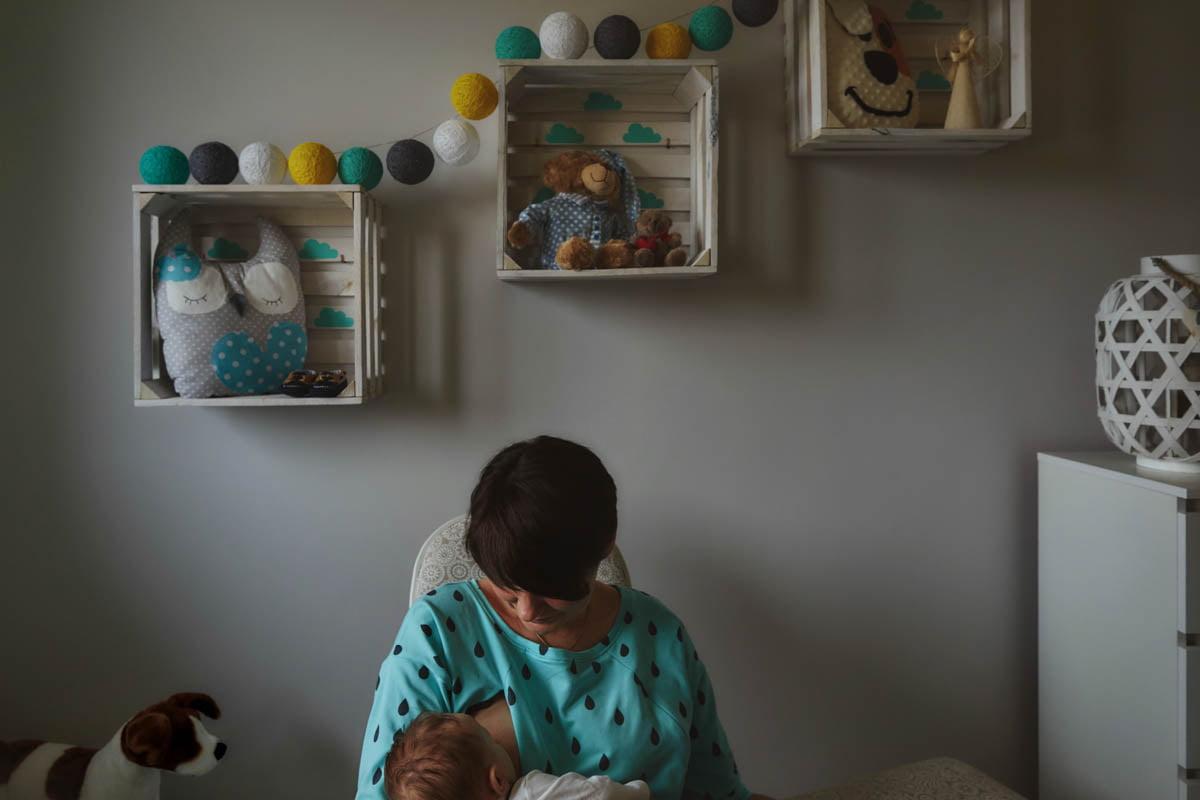 sesja rodzinna Świnoujście - mama karmi piersią