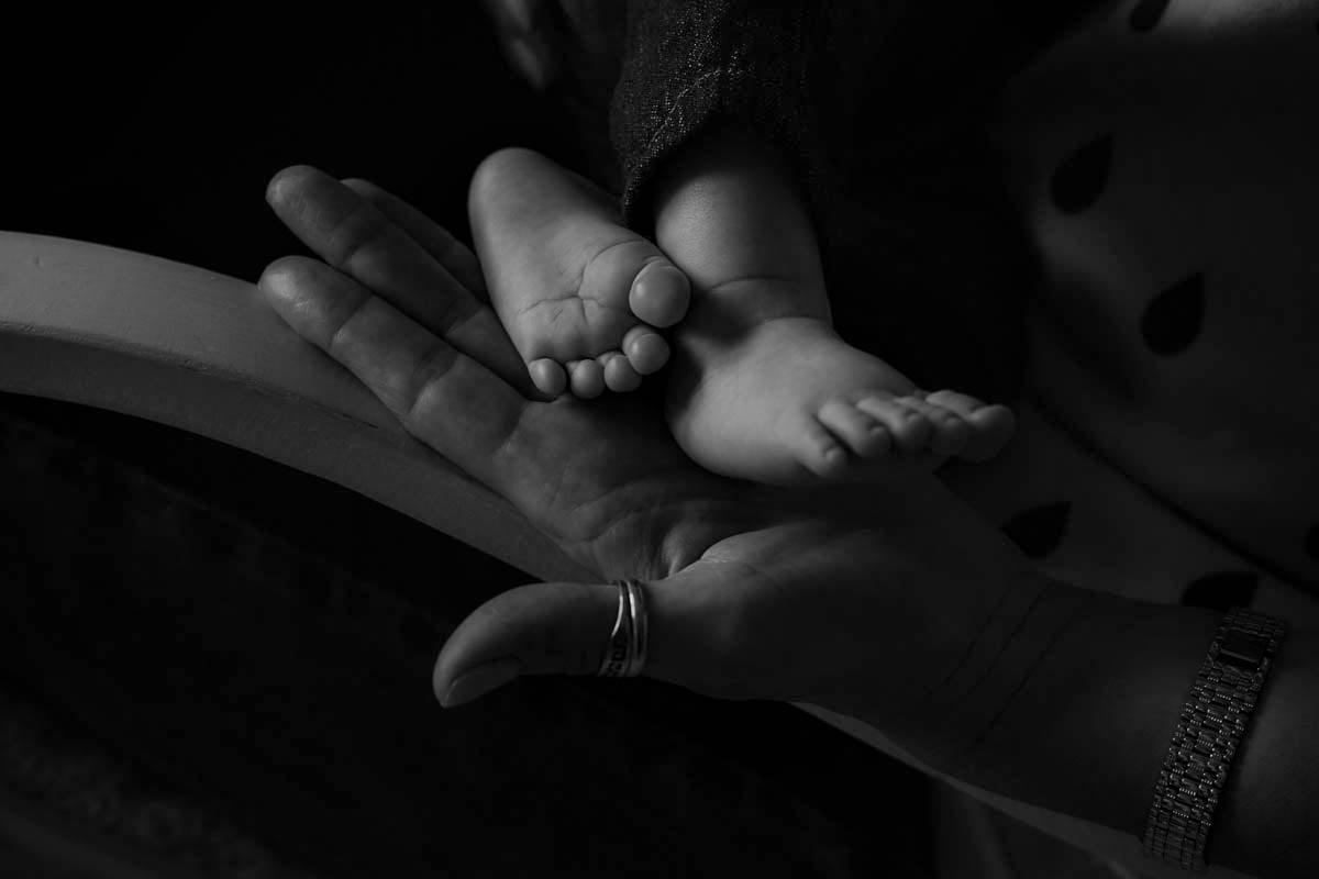 sesja rodzinna Świnoujście - mama trzyma nóżki dziecka