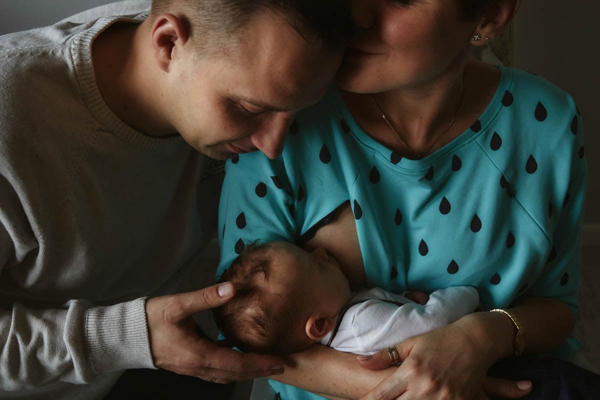 sesja rodzinna Świnoujście - tata głaszczę glówkę dziecka