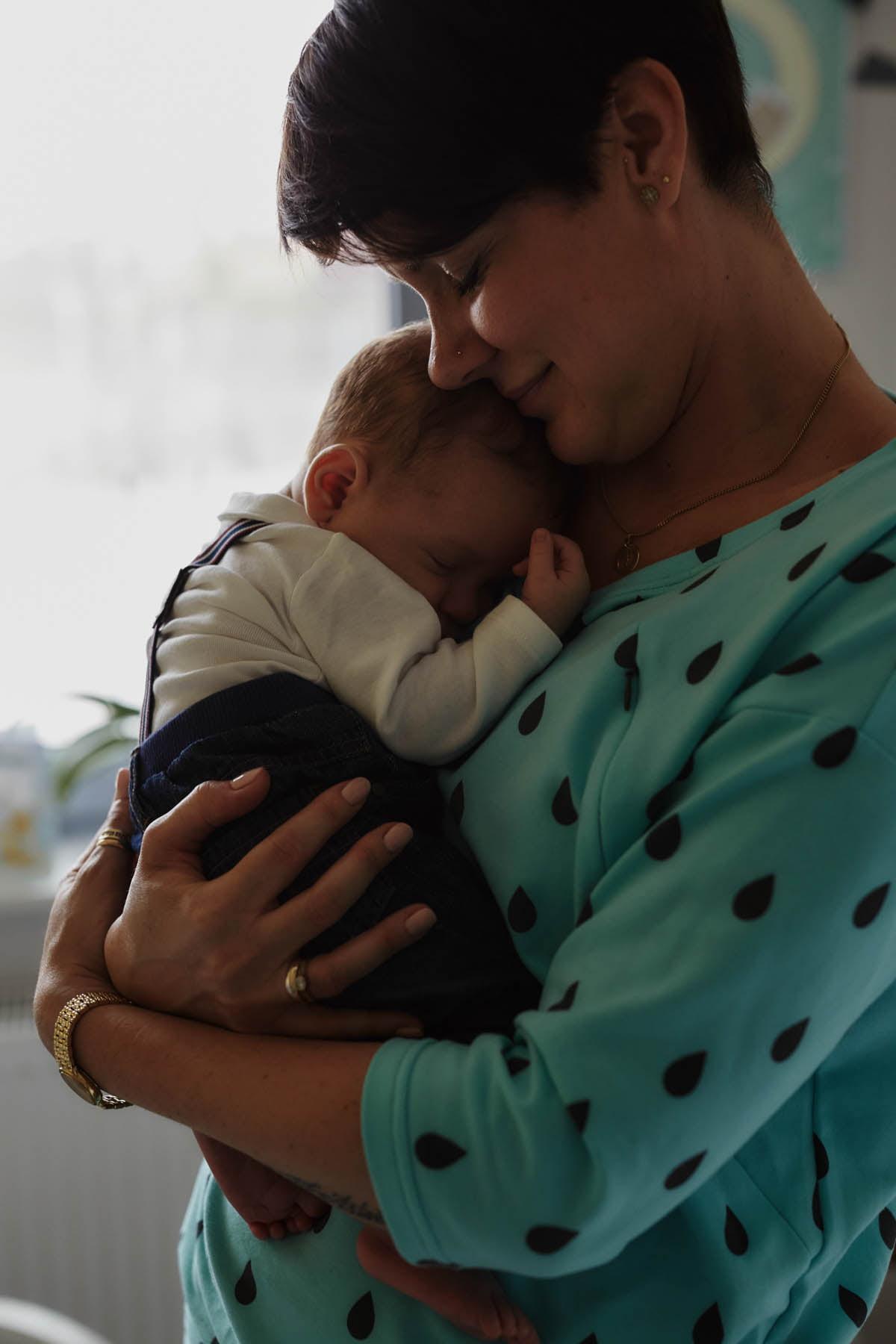 sesja rodzinna Świnoujście - mama przytula dziecko