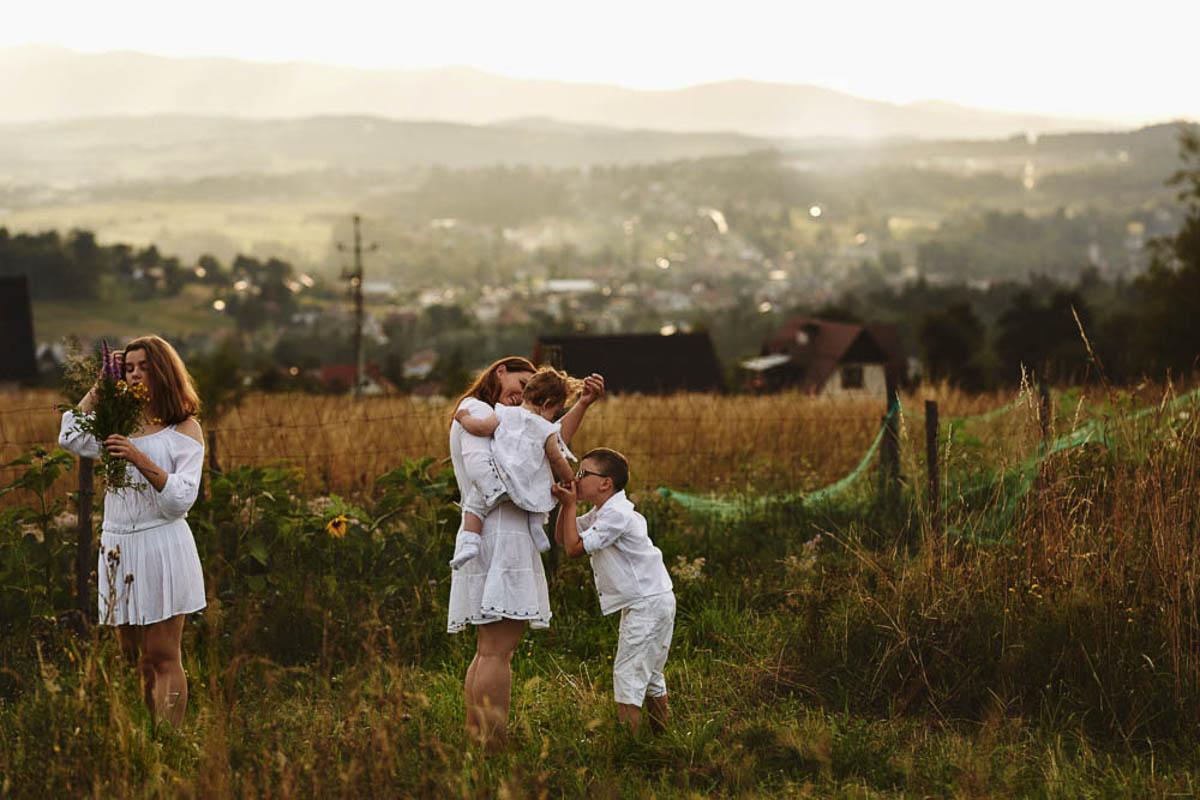 sesja rodzinna w górach - wesoła rodzina