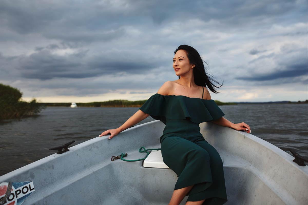 sesja nad morzem - dziewczyna w zielonej sukience