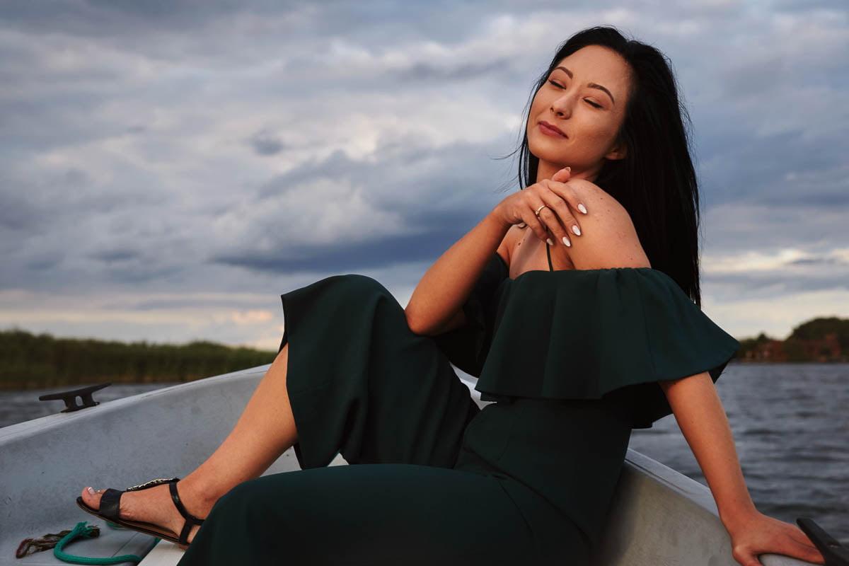 sesja nad morzem - dziewczyna siedząca na łodce