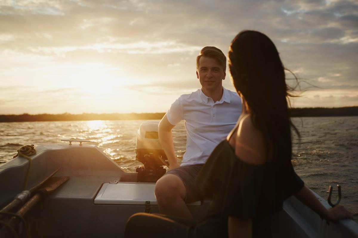 sesja nad morzem - para w łódce