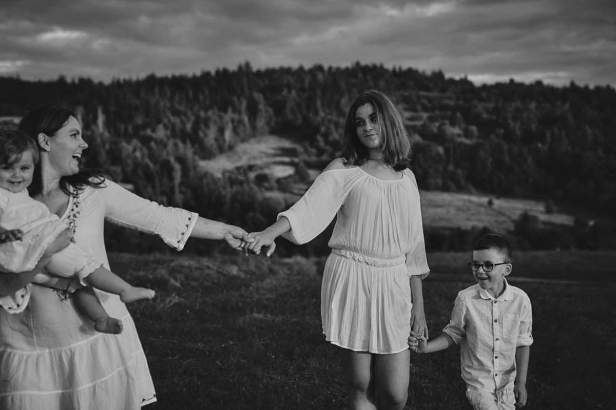 sesja rodzinna w górach - uśmiechnięta rodzina
