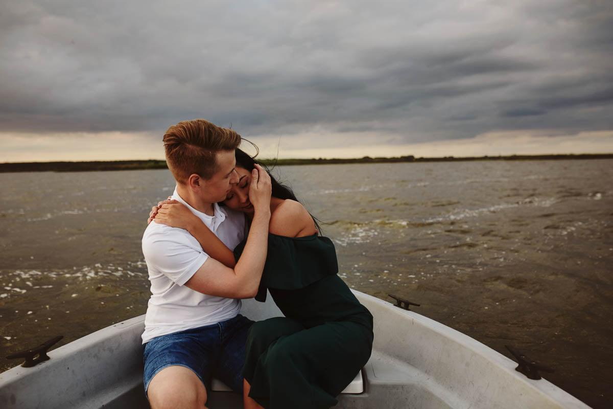 sesja nad morzem - przytulona para w łódce