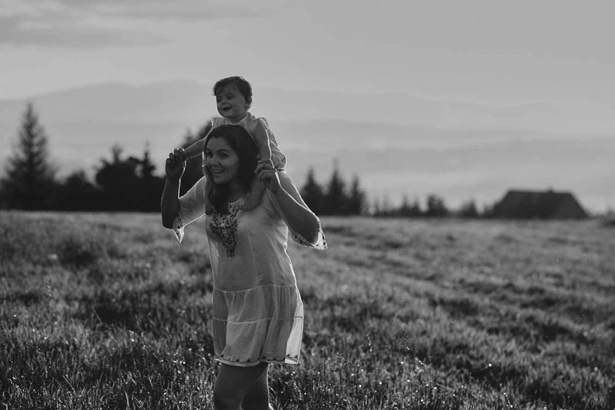 sesja rodzinna w górach - mama trzyma córeczkę