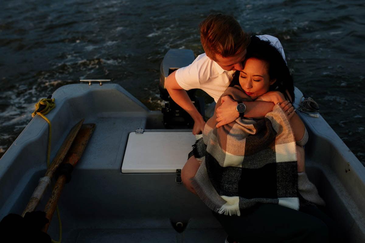 sesja nad morzem - para na łodzi
