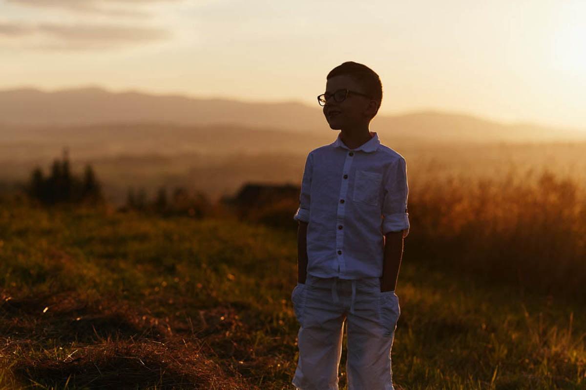 sesja rodzinna w górach - chłopiec w okularach